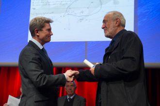 Max Guérout reçoit le Grand Prix de l'Académie de Marine